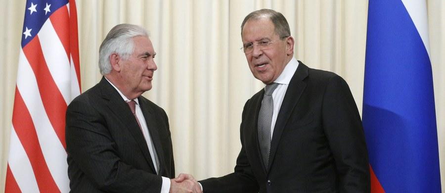 """Szef MSZ Rosji Siergiej Ławrow powiedział w środę po rozmowach w Moskwie z sekretarzem stanu USA Rexem Tillersonem, że obie strony potwierdziły wspólne zaangażowanie na rzecz """"bezkompromisowej walki z terroryzmem międzynarodowym""""."""