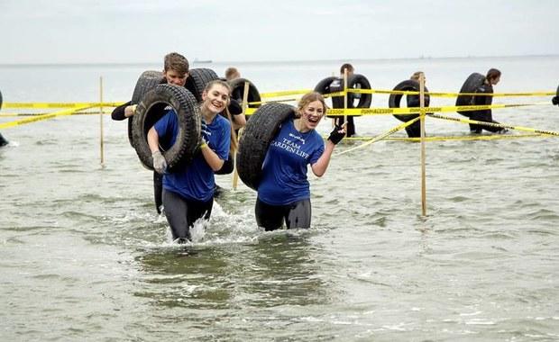Runmageddon Gdynia za nami. To był największy w Polsce bieg z przeszkodami. Do Gdyni z całej Polski zjechało prawie 5000 śmiałków, którzy mieli do pokonania 6 kilometrową trasę z ponad 30 wymagającymi przeszkodami. Aby dotrzeć do mety uczestnicy m.in. wspinali się na ściany przeszkód i wąwozów, czołgali się w piasku i pod zasiekami, brodzili w morzu, a także mierzyli się z rugbistami Arki Gdynia. W formule Runmageddon KIDS świetnie bawiło się rekordowe 850 dzieci w wieku od 4 do 11 lat. Łącznie, w sobotę i w niedzielą w ekstremalnej zabawie wzięło udział blisko 6000 osób!
