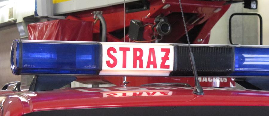 Ewakuacja bloku mieszkalnego w Żyrardowie na Mazowszu. Z piwnicy budynku wydobywał się podejrzany chemiczny zapach. W sumie blok musiało opuścić ponad 50 osób, w tym dwoje dzieci. Informację o zdarzeniu dostaliśmy na Gorącą Linię RMF FM.