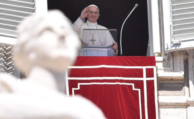 """Papież Franciszek powiedział w wielkanocny poniedziałek, że wiara w zmartwychwstanie Jezusa powinna zachęcać do """"gestów solidarności i gościnności"""" oraz """"podsycać"""" pragnienie pokoju. Mówił o potrzebie starań o środowisko naturalne, wolne od """"degradacji""""."""