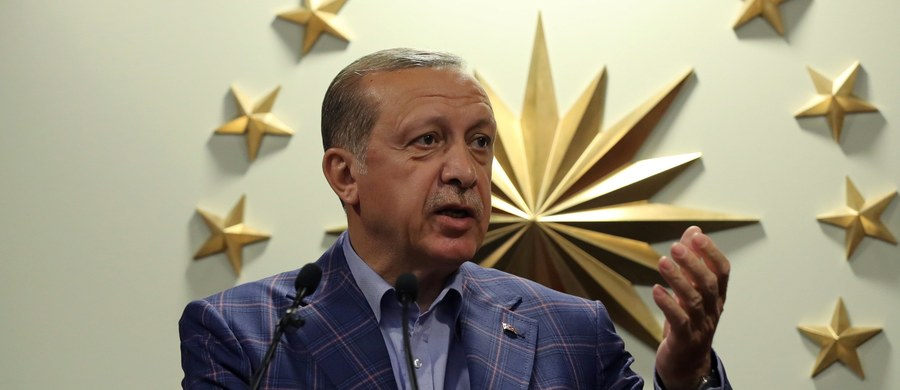 """Prezydent Turcji Recep Tayyip Erdogan powiedział międzynarodowym obserwatorom niedzielnego referendum w jego kraju, by """"znali swoje miejsce"""" po tym, jak skrytykowali oni kampanię i sam plebiscyt za niespełnianie międzynarodowych standardów."""