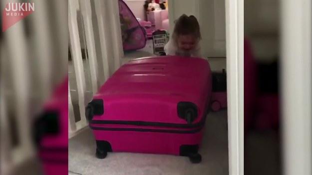 Kiedy ta mała zobaczyła, że starsza siostra spakowała torby na wakacje, natychmiast zapakowała swoje zabawki i oznajmiła, że również wyjeżdża. A że walizka była ogromna, a do pokonania schody - dziewczynka rzewnie płakała... i stała się bohaterką internetu.