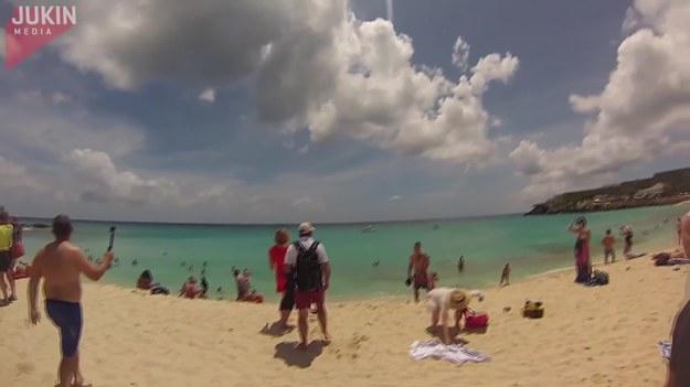 Ta rodzina postanowiła udać się na bardzo popularną plażę, na której widać lądujące i startujące samoloty. Tym razem było jednak naprawdę blisko...