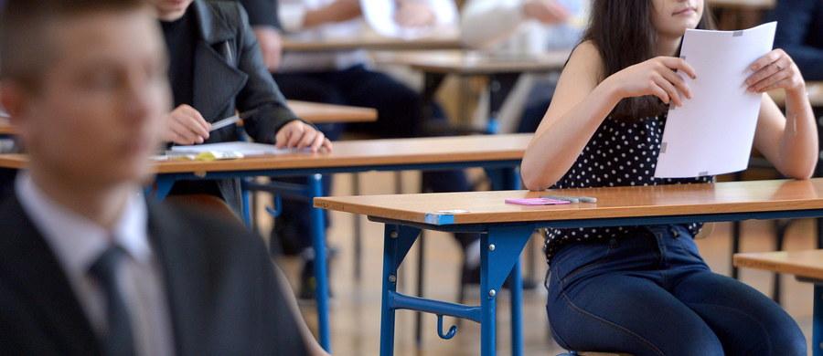 Pierwszy dzień egzaminu gimnazjalnego 2017 już za uczniami! W środę zmierzyli się z zadaniami sprawdzającymi ich wiedzę humanistyczną: z języka polskiego, historii i WOS-u. Czy były trudne? Sprawdźcie arkusze i odpowiedzi, przygotowane dla nas przez nauczycieli jednego z lubelskich gimnazjów! W czwartek natomiast gimnazjaliści przystąpią do egzaminu z części matematyczno-przyrodniczej, a w piątek czeka na nich język obcy. Również w tych dniach opublikujemy arkusze zadań i rozwiązania!