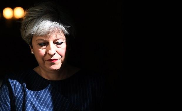 """Brytyjska premier Theresa May nie musiała zwoływać przedterminowych wyborów. Głosowanie nad wszczęciem procedury wyjścia z Unii Europejskiej odbyło się w parlamencie po jej myśli. Zaproponowana ustawa przyjęta została bez zgłaszanych poprawek. Rząd uruchomił art. 50 Traktatu Lizbońskiego zgodnie z planem i w terminie. To był największy sprawdzian jego skuteczności. Tymczasem Brytyjczykom zaserwowano """"grom z jasnego nieba"""" - tak nazwał wyborczą decyzję premier May jeden z brytyjskich dzienników. Ale w kogo wymierzony? - pytają komentatorzy. Według najnowszych sondaży, konserwatyści cieszą się poparciem 44 procent elektoratu, prawie dwukrotnie większym niż Partia Pracy. Przedterminowe wybory, przy takim układzie sił, będą wyrokiem śmierci dla opozycji."""