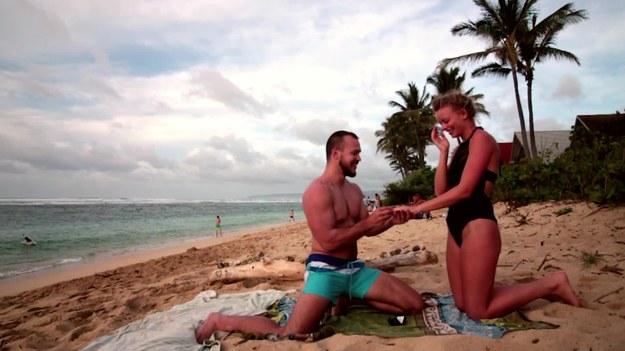 On i ona na plaży. Romantycznie i spokojnie. Idealna sceneria do wspólnych ćwiczeń. Jednak to, co wydarzyło się później, totalnie zaskakuje. Zobaczcie.