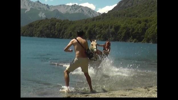 Argentyńscy kowboje są wprawieni w przeprawach przez jezioro na koniu. Jednak z tą grupą turystów coś poszło nie tak. A może po prostu konie miały już dość...