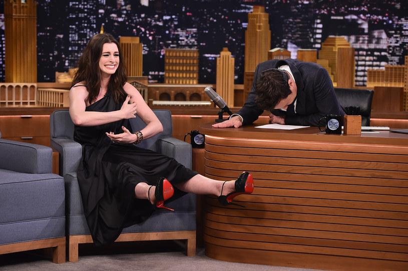 Aktorka Anne Hathaway była gościem programu Jimmy'ego Fallona. Wraz z nim wzięła udział w zabawie, która polegała na śpiewaniu piosenek z tekstem zmienionym przez Google Translator.