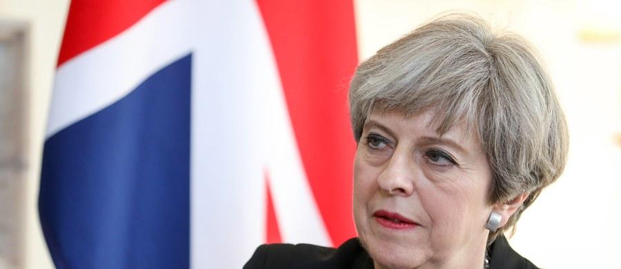 Najnowsze sondaże wskazują około 45 procent poparcia dla rządzących konserwatystów. Jeśli wynik przedterminowych wyborów je potwierdzi, torysi zasiądą w parlamencie z większością głosów i przewagą około 140 posłów. Przeforsują każdą zaproponowaną przez siebie ustawę. Nie przestraszą się nawet Brexitu. Już za siedem tygodni Brytyjczycy pójdą do urn w przedterminowych wyborach parlamentarnych. To czas, by przekonać niezdecydowany elektorat do swojej wizji Wielkiej Brytanii i jej miejsca w Europie. Transformacja, jaką tutejsza scena polityczna przeszła od unijnego referendum, sprawia, że wszelkie projekcje muszą być bardzo ostrożne. To jak wróżenie z fusów przed trzęsieniem ziemi.
