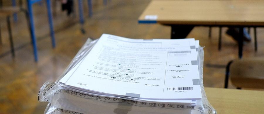 Każdy uczeń ma możliwość wglądu do sprawdzonej i ocenionej pracy. Aby to zrobić, musi się jednak udać do Okręgowej Komisji Egzaminacyjnej, pod którą podlega szkoła, do której uczęszczał. Warto zaznaczyć, że na wgląd do pracy egzaminacyjnej mamy tylko pół roku od dnia wydania zaświadczenia o wynikach.