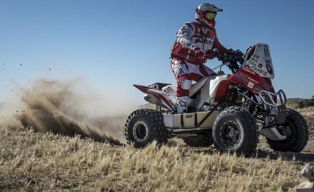 Na piątkowym etapie Qatar Cross Country Rally po raz kolejny potwierdziła się teza, że rajdy terenowe są nieprzewidywalne i w każdej chwili może dojść do nagłego zwrotu akcji. Rafał Sonik przejechał 120 km odcinka specjalnego z urwanym wahaczem, a mimo to wykręcił najlepszy czas.