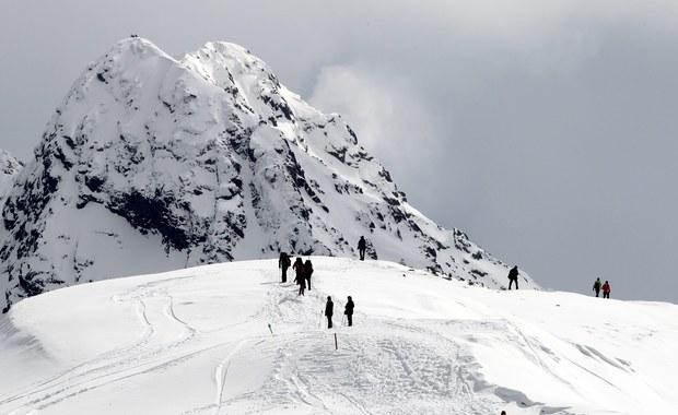Zima wróciła w Tatry na dobre. Po ostatnich opadach śniegu na Kasprowym Wierchu biała pokrywa ma ponad dwa metry grubości - dokładnie 219 cm. W samym Zakopanem leży blisko pół metra śniegu.