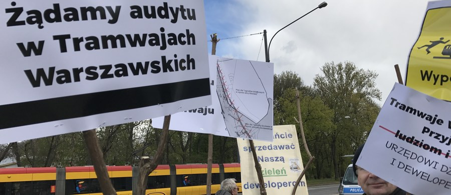 """Mieszkańcy czterech osiedli na warszawskiej Pradze - Grochowa, Kamionka, Gocławka i Witolina domagają się zatrzymania inwestycji """"Tramwaj na Gocław"""". Ich zdaniem rozwiązaniem docelowym w tym miejscu powinno być metro, a budowa nowej linii tramwajowej oznacza konieczność wycięcia ponad pół tysiąca drzew."""
