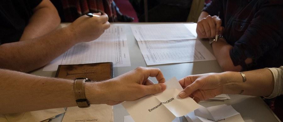 Centrysta Emmanuel Macron i polityk skrajnej prawicy Marine Le Pen zmierzą się w drugiej turze wyborów prezydenckich we Francji. Według opublikowanych przez francuskie MSW wyników pierwszej tury wyborów, Macron zdobył 23,75 procent głosów, a Le Pen 21,53 procent. Poparcie na poziomie 19,91 procent uzyskał konserwatysta Francois Fillon, a przedstawiciel skrajnej lewicy Jean-Luc Melenchon zdobył 19,64 procent głosów.
