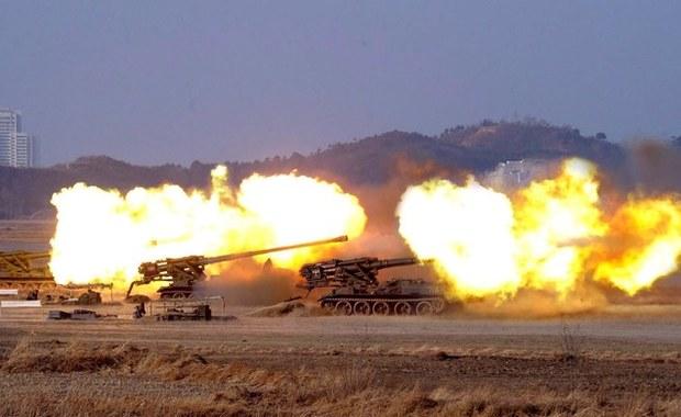 Korea Północna rozpoczęła zakrojone na szeroką skalę ćwiczenia artylerii z wykorzystaniem ostrej amunicji. Chce w ten sposób uczcić obchodzoną tego dnia 85. rocznicę utworzenia północnokoreańskich sił zbrojnych - poinformowały media w Seulu.