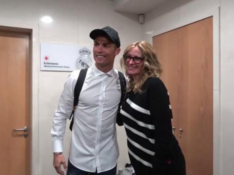 Gwiazdom futbolu nie mogą oprzeć się nawet najbardziej znane osoby ze świata kina. Dowód? Julia Roberts zachowująca się jak nastoletnia fanka, pozując do zdjęć z piłkarzami Realu Madryt przed niedzielnym Gran Derbi.