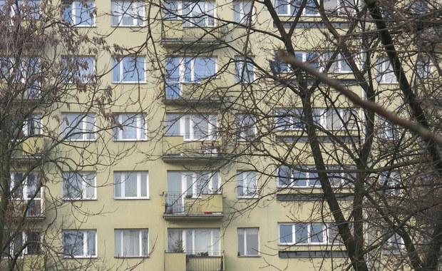 Niespełna trzyletni chłopiec wypadł z okna na ósmym piętrze w bloku na warszawskim osiedlu Ursynów. Mimo podjętej akcji reanimacyjnej dziecko zmarło - poinformował oficer prasowy komendanta rejonowego na Mokotowie asp. sztab. Robert Koniuszy.