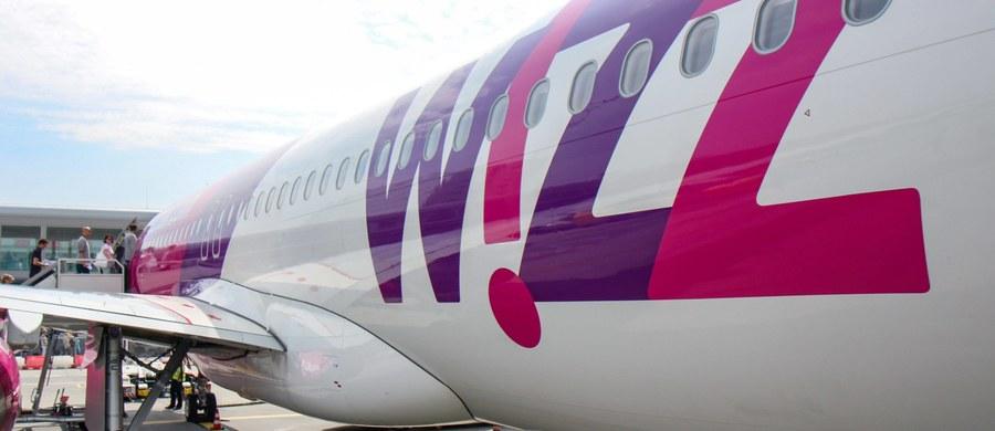 Samolot linii lotniczych Wizz Air bezpiecznie wylądował na warszawskim Okęciu po tym, jak w maszynę uderzył piorun. Na pokładzie było około 220 pasażerów. Nikomu nic się nie stało.