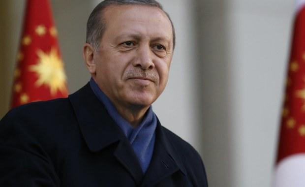 """Prezydent Turcji Recep Tayyip Erdogan powiedział w wywiadzie udzielonym agencji Reutera, że Turcja powinna ponownie rozważyć, czy chce wejść do Unii Europejskiej, jeśli """"niektóre kraje unijne"""" będą nadal wrogo usposobione do Ankary."""