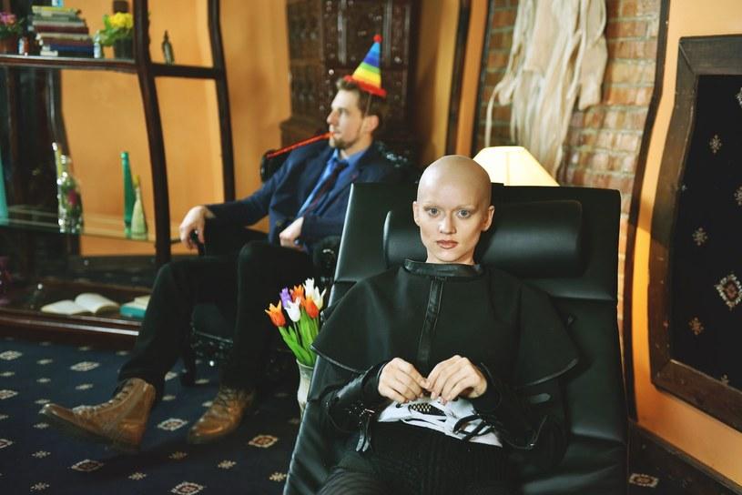"""Występująca w programie """"Twoja twarz brzmi znajomo"""" Kasia Popowska przeszła zaskakującą metamorfozę - w teledysku """"Tyle tu mam"""" pojawia się bez włosów na głowie."""