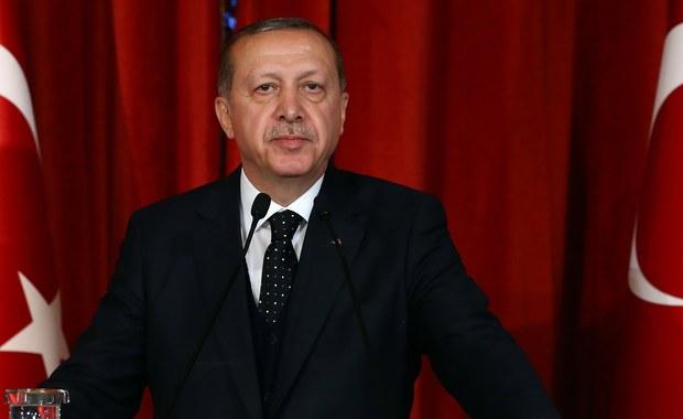 """Turecka państwowa agencja ds. telekomunikacji i internetu poinformowała, że przyczyną zablokowania w kraju dostępu do Wikipedii jest zamieszczanie przez tę internetową encyklopedię treści sugerujących, że Turcja wspiera terroryzm. """"Mimo podejmowanych (przez nas) starań treści błędnie informujące, że Turcja wspiera organizacje terrorystyczne, nie zostały usunięte"""" - przekazała agencja na Twitterze."""