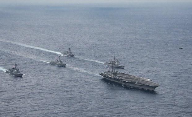 Japonia rozpoczyna pierwszą operację ochrony sił sojuszniczych w ramach nowych uprawnień swoich Sił Samoobrony. Helikopterowiec Izumo ma ochraniać amerykańskie okręty zaopatrzenia, działające na Pacyfiku w pobliżu Półwyspu Koreańskiego. Japońska minister obrony Tomomi Inada wydała rozkaz wyjścia jednostki dzisiaj z bazy w Yokosuce.