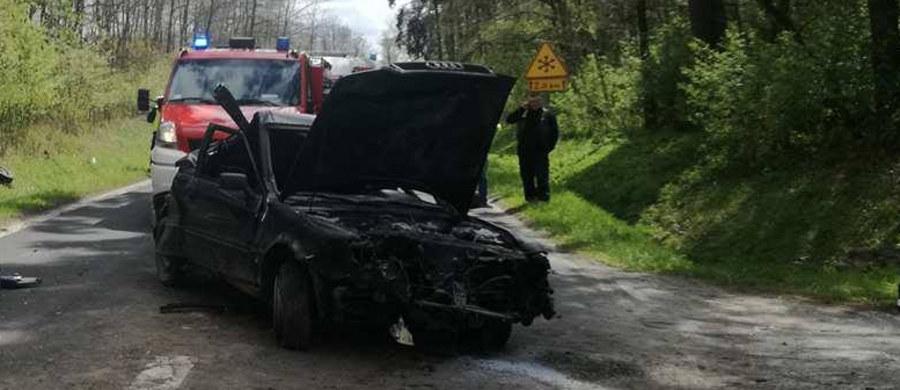 Tragiczny wypadek na drodze wojewódzkiej numer 742 między Włoszczową a Nagłowicami w Świętokrzyskiem. W miejscowości Oksa samochód uderzył w drzewo.