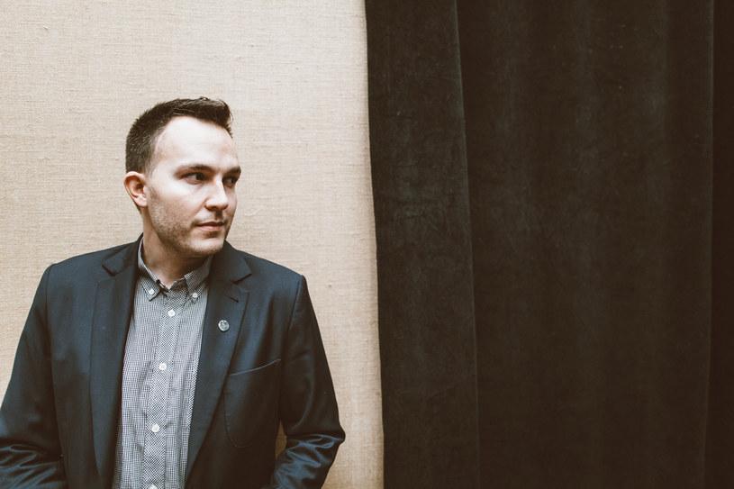Raper Ten Typ Mes wyjaśnia różnice między pracą w studiu, a występami na żywo. Podkreśla, że w jego zespole playback jest niedopuszczalny.