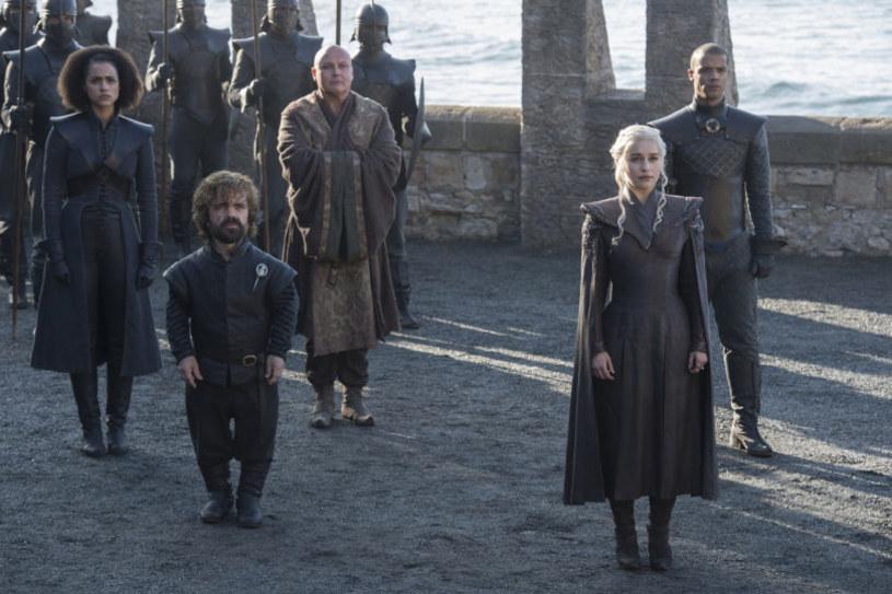 """Okazuje się, że producent serialu """"Gry o tron"""" przygotowuje cztery spin offy, związane z kultową produkcją. HBO podpisało kontrakty z czterema scenarzystami, którzy mają pracować nad nowymi historiami."""