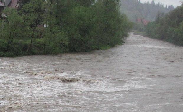 W czterech województwach: świętokrzyskim, śląskim, małopolskim i podkarpackim obowiązują ostrzeżenia hydrologiczne - poinformowało Rządowe Centrum Bezpieczeństwa. Na południowym wschodzie poziomy wody w rzekach mogą przekraczać stany ostrzegawcze.