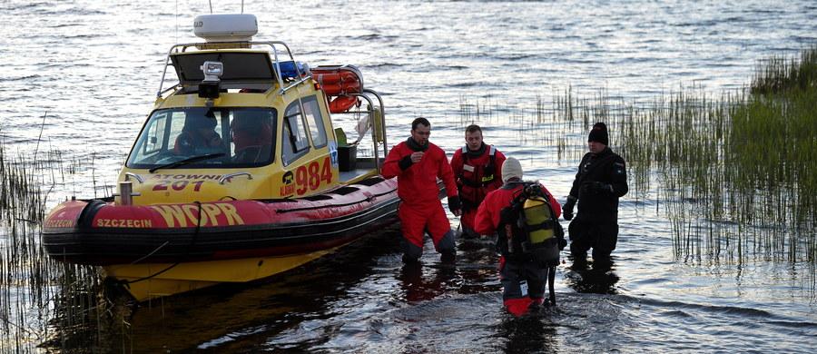 W niedzielę trzech żeglarzy, w wieku od 61 do 63 lat, wyruszyło w rejs po Zalewie Szczecińskim, jednak po kilku godzinach urwał się z nimi kontakt. O zaginięciu poinformowała córka jednego z poszukiwanych mężczyzn, która zgłosiła się w poniedziałek na komendę policji w Świnoujściu. Straż odnalazła tam dryfujący do góry dnem poszukiwany jacht, a przy brzegu WOPR-owcy natrafili na ciało mężczyzny. W poniedziałek wieczorem zakończono jednak poszukiwania. Pozostałych dwóch mężczyzn nie odnaleziono.