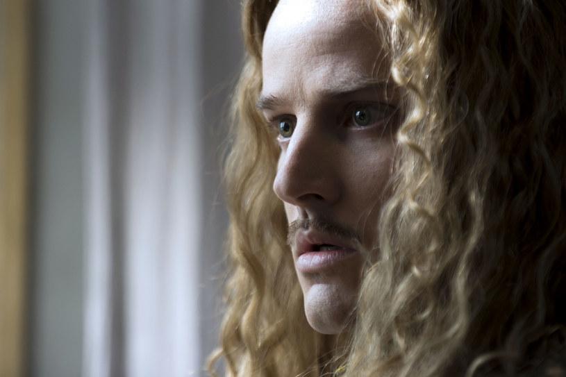 """Od 18 maja, w każdy czwartek (godz. 21) na antenie Canal+ będzie można oglądać drugi sezon serialu """"Wersal. Prawo krwi"""". Kontynuacja najdroższej francuskiej produkcji telewizyjnej wszech czasów z sukcesem nawiązuje do takich tytułów jak """"Rodzina Borgiów"""" czy """"Dynastia Tudorów""""."""