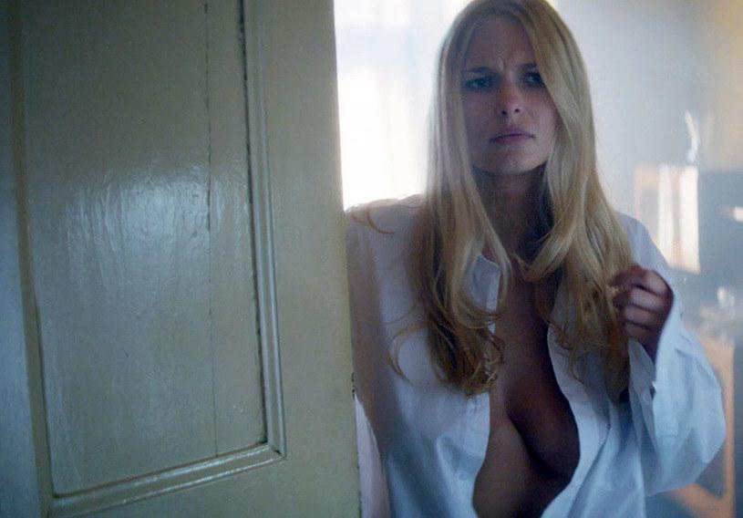 """Jedną z głównych ról w filmie """"Gwiazdy"""" Jana Kidawy-Błońskiego zagrała modelka Karolina Szymczak. Reżyser opowiedział, że szukał """"blondynki z odpowiednim biustem""""."""