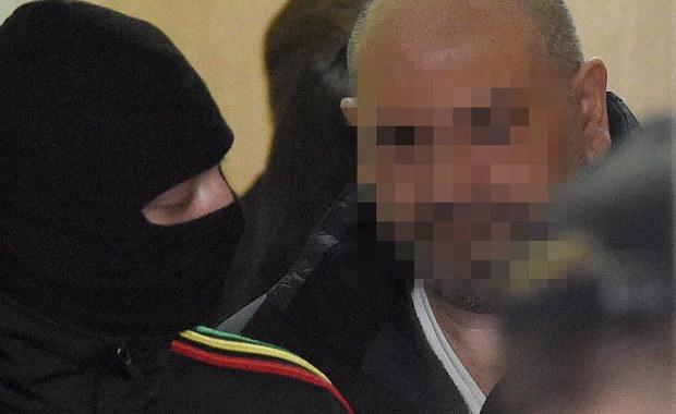 """Udział w zorganizowanej grupie przestępczej wyłudzającej pieniądze tzw. metodą na wnuczka zarzuciła prokuratura Sorai P., siostrze Arkadiusza Ł. ps. """"Hoss"""" - poinformowała w środę Prokuratura Krajowa. Akt oskarżenia trafił już do Sądu Okręgowego w Warszawie. Kobieta od lata przebywa w areszcie. Grozi jej do 12 lat więzienia. W areszcie przebywa również """"Hoss"""", który według śledczych jest liderem jednej z największych i najprężniej działających grup zajmujących się wyłudzaniem pieniędzy tzw. metodą na wnuczka."""