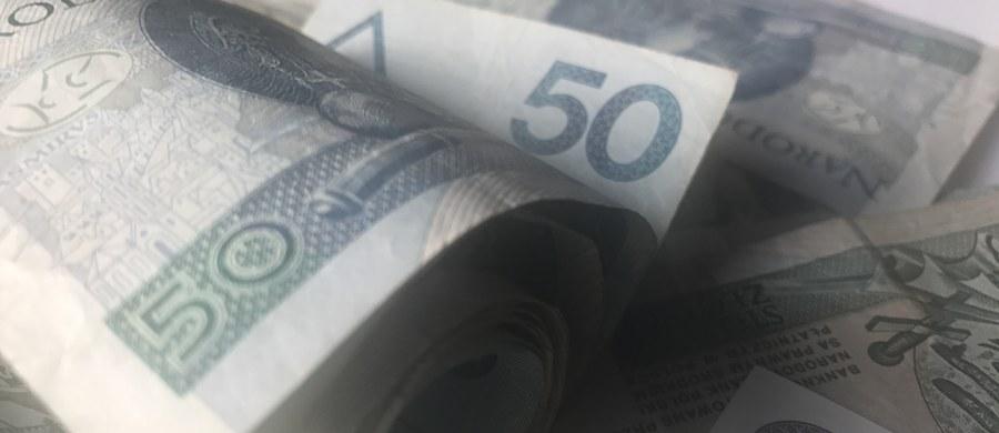 Funkcjonariusze Centralnego Biura Antykorupcyjnego zatrzymali w środę siedem osób podejrzewanych o wyłudzenia podatku VAT i wystawianie fikcyjnych faktur. Do zatrzymań doszło w Krakowie i okolicach tego miasta - poinformowało CBA. Środowa akcja wiąże się ze sprawą zatrzymanego na gorącym uczynku w listopadzie 2016 r. w jednym z hoteli w Warszawie biznesmena, który oferował fałszywe faktury pozwalające na zmniejszenie kosztów firm - powiedział Piotr Kaczorek z Wydziału Komunikacji Społecznej CBA.