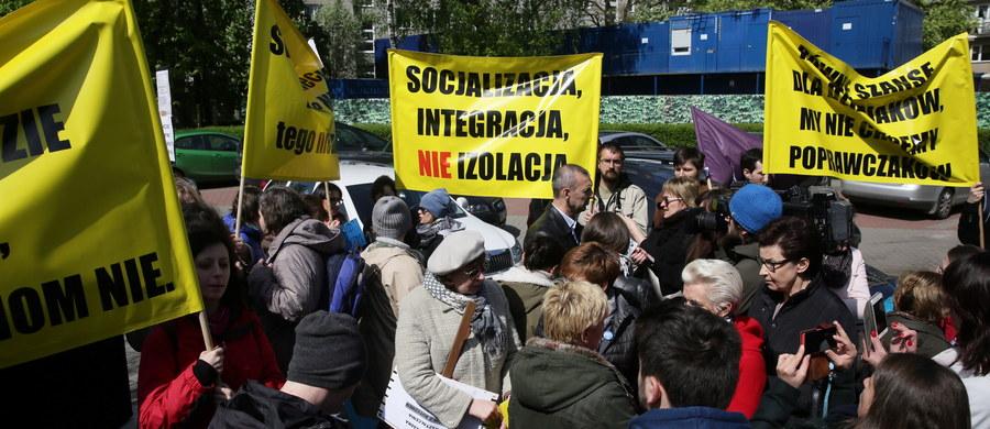 Przeciwko proponowanym przez MEN zmianom w nauczaniu indywidualnym i pomocy psychologiczno-pedagogicznej protestowała przed Sejmem grupa rodziców. Chcą wycofania projektów rozporządzeń dotyczących tych kwestii.