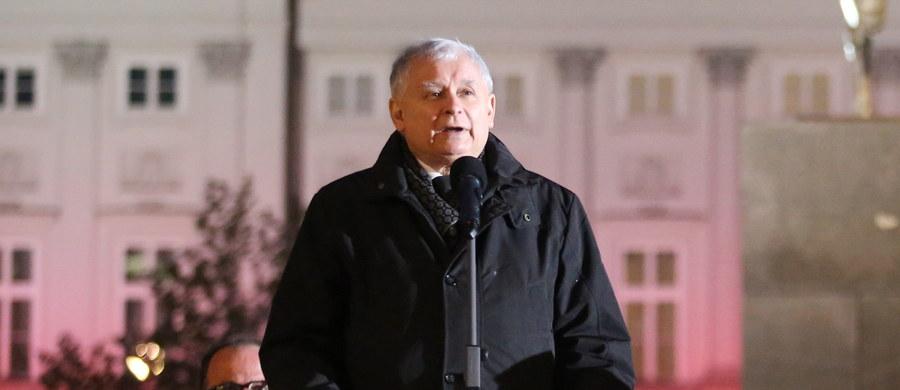 Dzisiaj mamy nowy wielki atak nienawiści, ale doprowadzimy sprawę do końca, będą pomniki i będzie prawda o Smoleńsku - mówił przed Pałacem Prezydenckim prezes PiS Jarosław Kaczyński nawiązując do trwającej tam kontrmanifestacji.