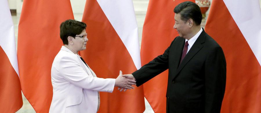 Polska przyjęła projekt Pasa i Szlaku z otwartością i wiąże z nim duże oczekiwania - powiedziała w Pekinie premier Beata Szydło na spotkaniu z prezydentem Chin Xi Jinpingiem. Przewodnim tematem jej wizyty w Chinach jest współpraca gospodarcza, m.in. w kontekście koncepcji Nowego Jedwabnego Szlaku, zwanego też projektem Jednego Pasa i Jednego Szlaku.