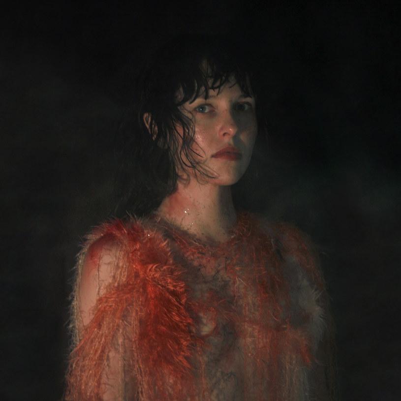 """Poniżej możecie posłuchać utworu """"Kim być"""" - kolejnej piosenki promującej nową płytę wracającej po pięciu latach na popową scenę wokalistki Ramony Rey."""