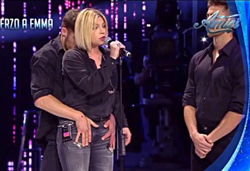 """Telewizja Canale 5 znalazła się pod sporym ostrzałem po tym, jak we włoskiej wersji programu """"Mamy Cię!"""" doszło do niestosowanych zachowań wobec wkręcanej wokalistki."""