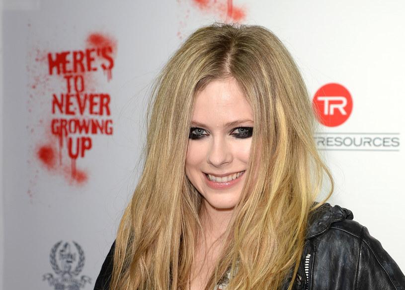 W 2015 roku sieć obiegła teoria spiskowa, według której Avril Lavigne nie żyje od ponad 10 lat, a zastępuje ją sobowtórka. Dwa lata później historia ponownie zyskała na popularności, a wszystko przez jeden post na Twitterze.
