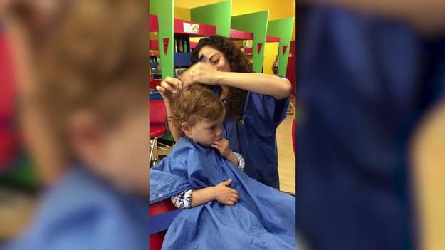 Są dzieci, które zasypiają podczas oglądania, czytania, zabawy lub jedzenia. Tego malucha znużyło ścinanie włosów. Zobaczcie.