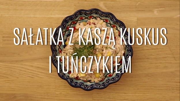 Kasza kuskus, czyli tradycyjne połączenie makaronu i kaszy, to przepyszny składnik, który świetnie zastępuje nie tylko ziemniaki w obiadowym daniu głównym - to może być również świetny, dietetyczny sposób na podstawę tradycyjnych, domowych sałatek! Przygotowaliśmy dla was przepis na sałatkę właśnie z kaszą kuskus z dodaniem pysznych, soczystych warzyw i kawałków tuńczyka - to znakomite połączenie, które sprawdzi się przy każdej okazji!