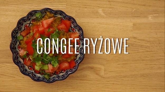 Congee to popularny w krajach azjatyckich sposób na potrawkę czy zupę, którą przygotowuje się głównie z ryżu. Przygotowany w specjalny sposób ryż nabiera niesamowitego smaku i aromatu, a w połączeniu z wyrazistymi, tradycyjnymi przyprawami kuchni dalekowschodnich daje niesamowity efekt w postaci sycącego dania na każdą okazję! Nasz przepis na congee ryżowe to połączenie ryżu i selera naciowego, przyprawione sporą porcją pomidorów, kolendry i sosu sojowego. Zobaczcie, jak prosto zrobić ryżowe congee!