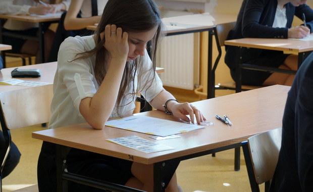 Blisko 30 tysięcy tegorocznych maturzystów zmierzyło się dziś z pisemnym egzaminem z chemii na poziomie rozszerzonym. Test pisało również ponad 15 tysięcy abiturientów z wcześniejszych roczników. Chemia od lat to jeden z najchętniej wybieranych przez uczniów tzw. przedmiotów do wyboru. Oprócz obowiązkowych - języka polskiego, angielskiego i matematyki - każdy ze zdających musi wybrać co najmniej jeden dodatkowy przedmiot i napisać go na poziomie rozszerzonym. W naszym raporcie specjalnie dla Was publikujemy arkusz Centralnej Komisji Egzaminacyjnej i odpowiedzi, których powinniście udzielić.