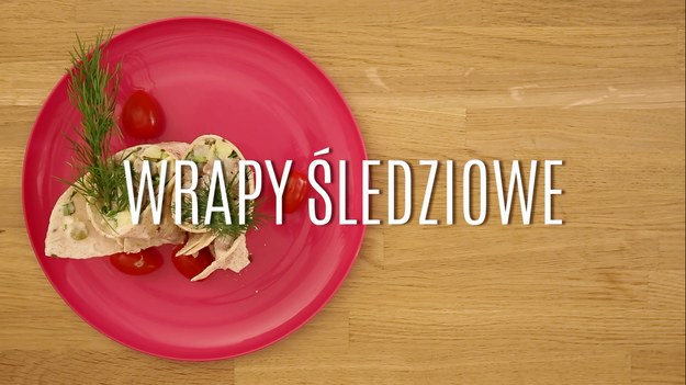 Filety śledziowe, popularne w Polsce zarówno w wersji solonej, jak i w oleju czy klasyczne, holenderskie matjasy - wszystkie te rodzaje idealnie nadają się nie tylko do przyrządzania prostych posiłków, kanapek czy sałatek. Z delikatnego, bardzo zdrowego filetu śledziowego można przygotować przepyszne przekąski, które idealnie smakują o każdej porze roku, a nadają się nie tylko na przyjęcia. W kilka chwil zrobicie przepyszne wrapy śledziowe, które zaskoczą was swoim smakowym połączeniem.
