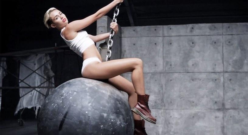 """W jednym z wywiadów Miley Cyrus odniosła się do swojego kontrowersyjnego teledysku """"Wrecking Ball"""". Wokalistka nazwała klip """"najgorszym koszmarem""""."""
