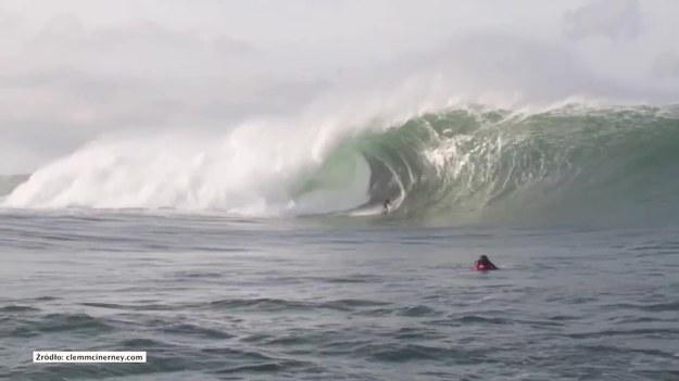 Mullaghmore, Sligo, Irlandia. Ten surfer zmierzył sięz gigantyczną falą. Jak poradził sobie z jej ujarzmieniem? (STORYFUL/x-news)   Ze względu na przepisy licencyjne, materiał dostępny wyłącznie na terytorium Polski.