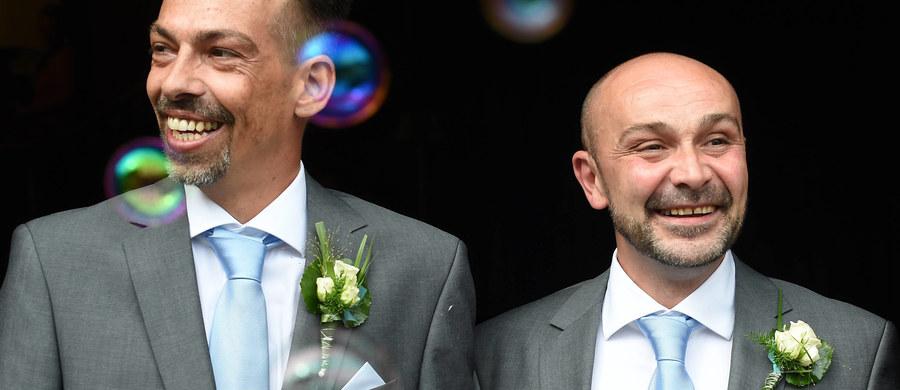 """""""Brak zgody na małżeństwa homoseksualne trudno nazwać homofobią. Polacy są bardzo tolerancyjni w porównaniu z innymi nacjami. Tutaj łatwo bronić swoich praw, oczywiście w ramach tego, na co pozwala konstytucja i polskie prawo. To słuszne, że nie ma zgody na małżeństwa jednopłciowe i adopcję. Dzieci muszą mieć mamę i tatę"""" - mówi w rozmowie z reporterem RMF FM Adam Lipiński, pełnomocnik rządu ds. równego traktowania. W Dniu Przeciwko Homofobii nasz dziennikarz zapytał ministra, czy zaplanował dzisiaj spotkania ze społecznością LGBT i jak ocenia wyniki badań ILGA-Europe, według których Polska znajduje się w homofobicznej czołówce Europy, za nami ex aequo znalazły się tylko Litwa i Łotwa."""