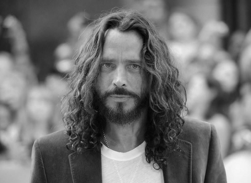 Agencja AP podała, że w wieku 52 lat zmarł nagle Chris Cornell, wokalista grup Soundgarden i Audioslave. Pojawiły się informacje, że rockman popełnił samobójstwo - jego ciało miało zostać znalezione w łazience pokoju hotelowego. Policja w Detroit potwierdziła, że bada śmierć muzyka właśnie pod tym kątem.